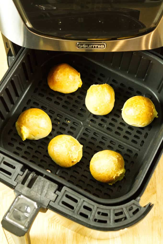 Bagel bites spaced out in the air fryer basket